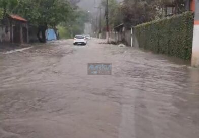 Forte chuva alaga ruas e casas em Itaipuaçu