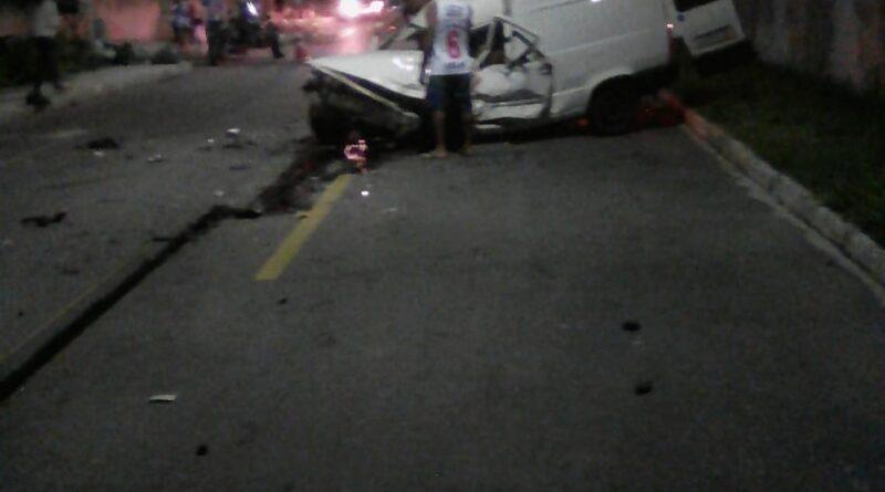 Grave acidente em cruzamento de Itaipuaçu com vítima presa às ferragens