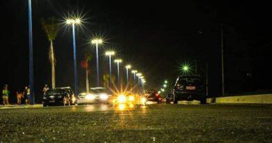 Parte da iluminação da Orla de Itaipuaçu é acesa e encanta moradores